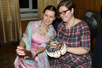 Селфи на память и тортик в честь 10-летнего посещения Марии Ковалёвой концертов Светланы Копыловой =))
